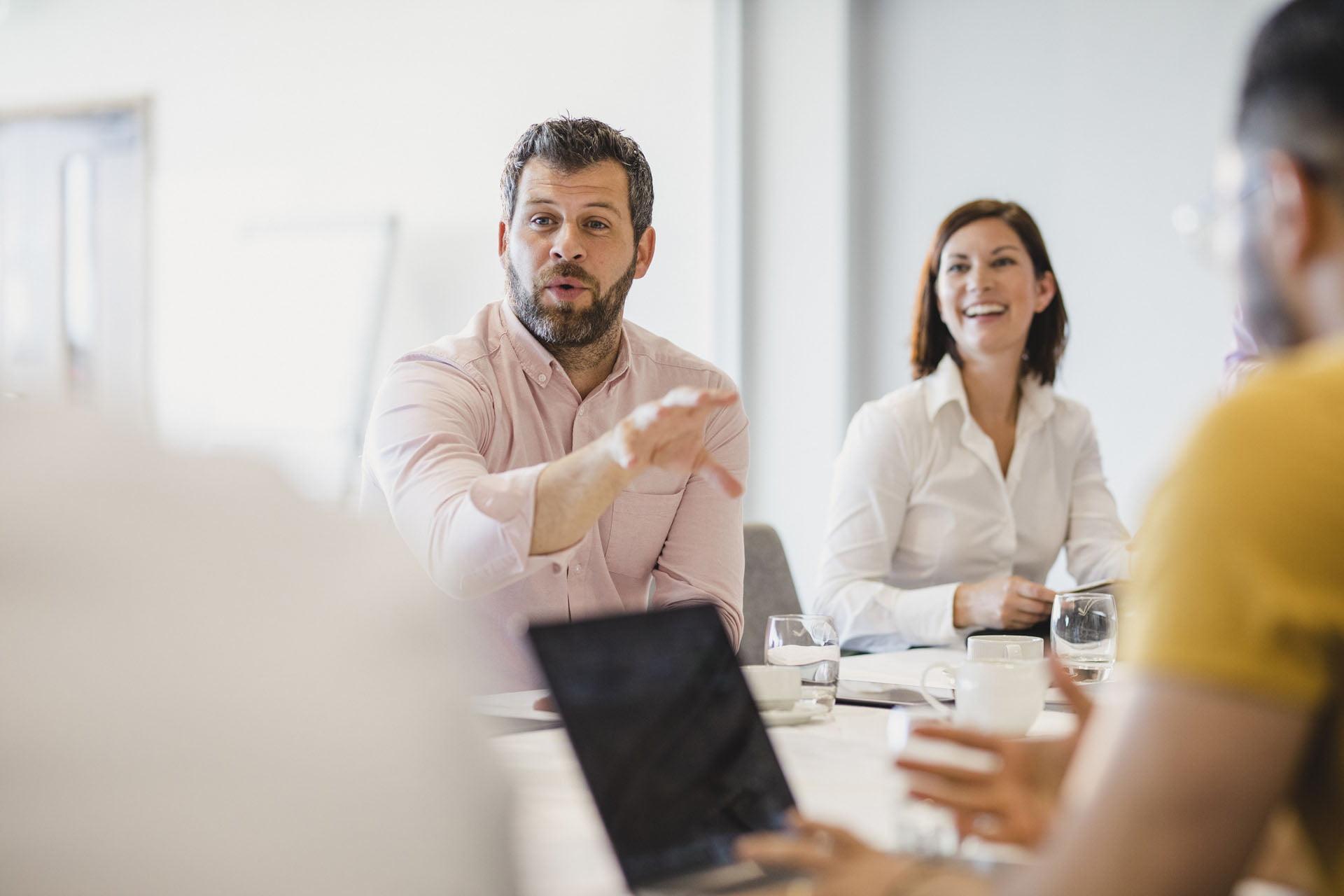 Aktiv diskusjon under møte